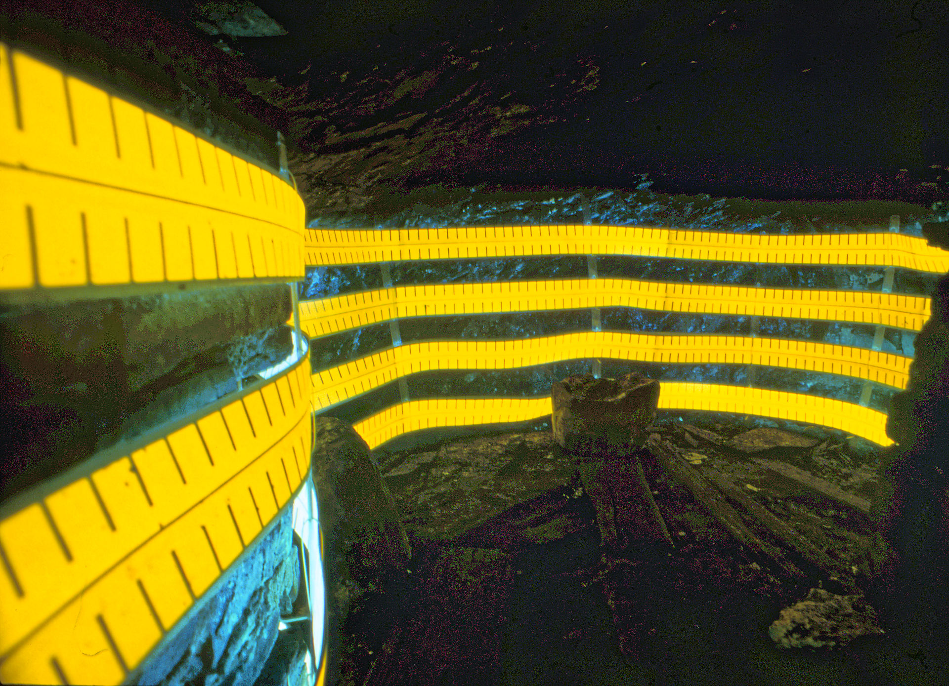 daniel_hausig_stromdiebstahl_unter_Tage_2001_light-art-installation